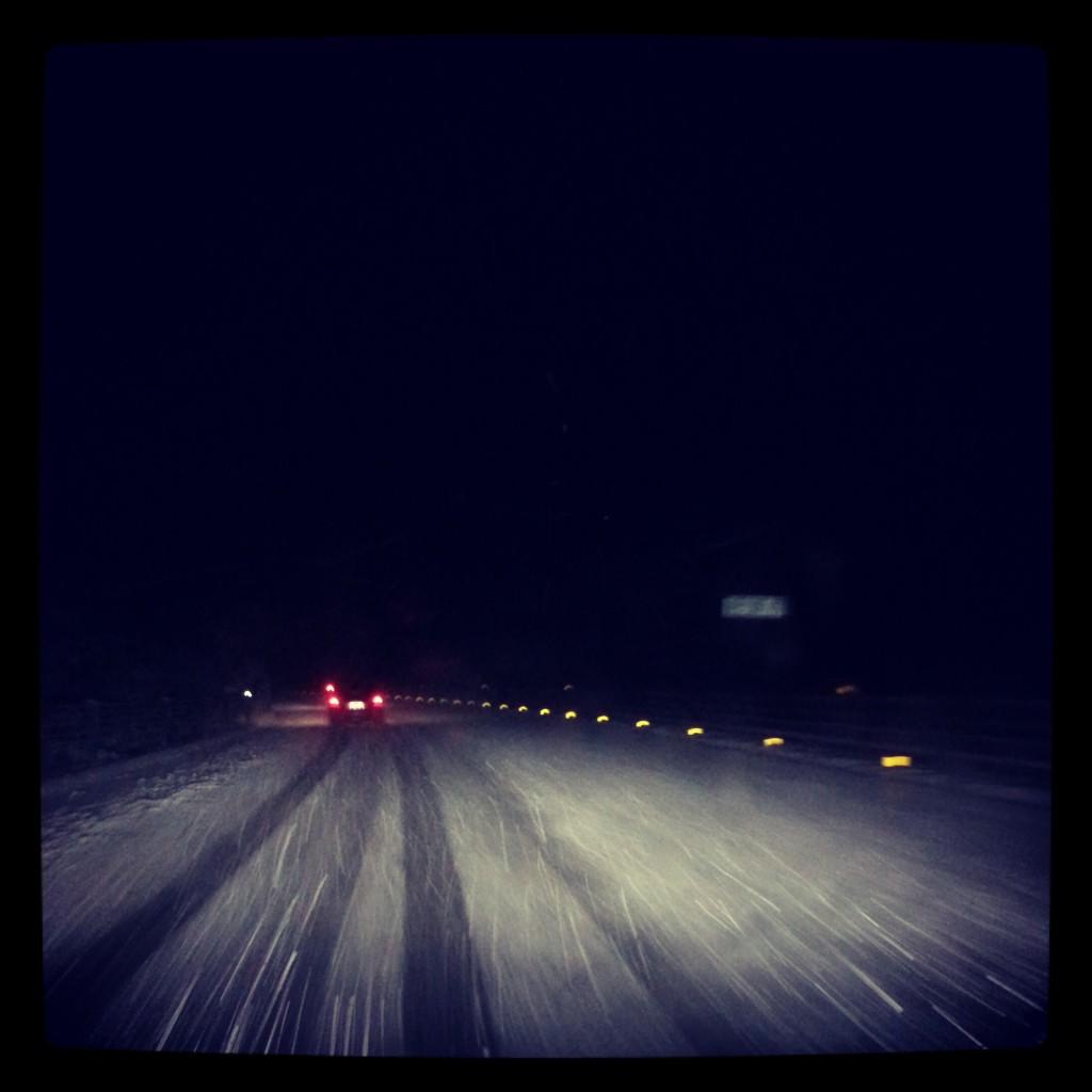 雪の中の高速道路