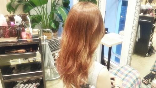 【シアーブラウンカラー】髪の透け感が重たいシルエットも軽く見せる髪色03