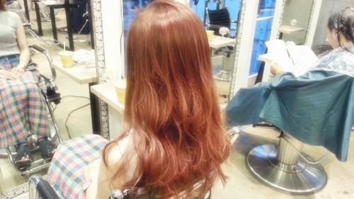 【シアーブラウンカラー】髪の透け感が重たいシルエットも軽く見せる髪色01