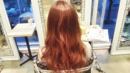 【シアーブラウンカラー】髪の透け感が重たいシルエットも軽く見せる髪色