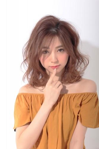 松尾瞳-まつおひとみ-ミディアム-コテ巻き-11トーン-ウェーブ-ヘアスタイル-髪型